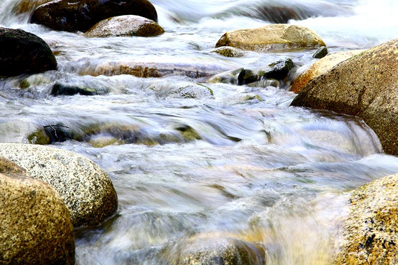 Therapie Regulationsmedizin - Das Bild zeigt einen Fluß und Steine